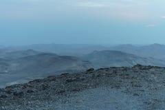 Vue bleue mystique de paysage de matin sur le désert judean de negev en Israël Photo stock