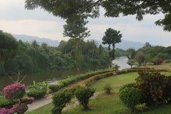 Vue brillante de rivière dans le kanchanaburi, Thaïlande Photographie stock libre de droits