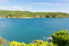 Vue BRITANNIQUE de côte de Salcombe Devon England avec l'emballage pilote de yole Photos libres de droits