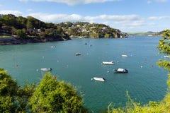 Vue BRITANNIQUE de Salcombe Devon England de l'estuaire de Kingsbridge populaire pour naviguer et faire de la navigation de plais Images libres de droits