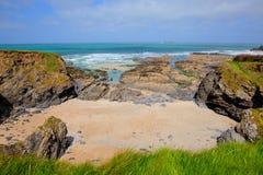 Vue britannique du nord de sable et de roches des Cornouailles de baie de Newtrain vers la mer image stock