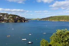Vue BRITANNIQUE du sud de Salcombe Devon England de l'estuaire de Kingsbridge populaire pour naviguer et faire de la navigation d photos stock