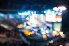 Vue brouillée des lumières d'étape pendant le concert éclairage defocused image libre de droits