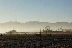 Vue brumeuse à la fin de l'après-midi de plage de Santa Monica images stock