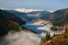 Vue brumeuse de gamme de montagnes de Pindos image libre de droits