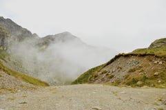 Vue brumeuse de matin d'itinéraire de montagne d'Oropa Scène majestueuse d'été des Alpes de Dolomiti, Italie, l'Europe image libre de droits