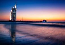 Vue célèbre de plage de Jumeirah avec l'hôtel de 7 étoiles Burj Al Arab, Dubaï, Emirats Arabes Unis Images stock