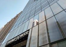 Vue célèbre de tour d'atout et de l'horloge vue à Manhattan, New York City Photographie stock