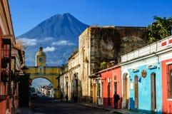 Vue célèbre de voûte et de volcan, Antigua, Guatemala Photo libre de droits