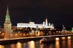 Vue célèbre et belle de nuit de rivière et de Moscou Kreml de Moskva Photographie stock