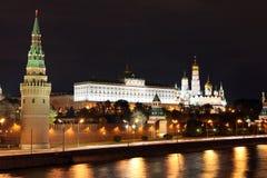 Vue célèbre et belle de nuit de rivière et de Moscou Kreml de Moskva Image libre de droits