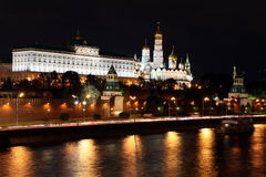 Vue célèbre et belle de nuit de rivière et de Moscou Kreml de Moskva Photo libre de droits