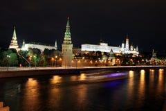 Vue célèbre et belle de nuit de rivière et de Moscou Kreml de Moskva Photos stock