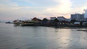 Vue côtière aérienne de coucher du soleil des stations de vacances Puerto d'hôtel et de condominium de port de terminal du ferry  banque de vidéos