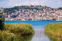 Vue côtière de ville historique d'Ohrid images stock