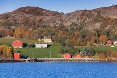 Vue côtière norvégienne traditionnelle de village Image stock