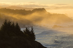 Vue côtière de l'Orégon pendant le lever de soleil brumeux Photos libres de droits