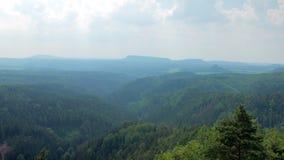 Vue calme et étonnante sur la forêt et la montagne dans le jour ensoleillé, nuages pittoresques banque de vidéos