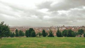 Vue calme scénique de paysage de petite ville européenne au jour pluvieux nuageux gris banque de vidéos