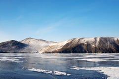 Vue chez Olkhon Glace sur la surface du lac Baïkal Image stock