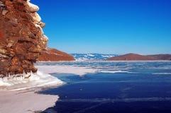 Vue chez Olkhon Glace sur la surface du lac Baïkal Photographie stock libre de droits