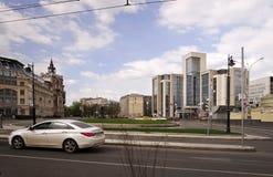 Vue chez Sretensky Bulvar et bâtiment administratif de la société Lukoil, Moscou, Russie Images stock