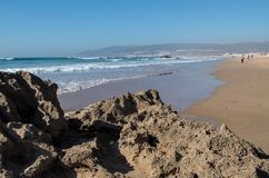 Vue chez Taghazout du thorugh de plage une roche avec l'espace de copie Photographie stock