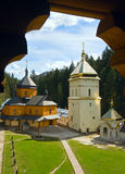 Vue chrétienne de monastère par l'hublot en bois Photo stock
