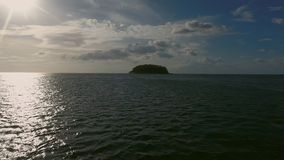 Vue ci-dessus de petite île sauvage en mer Photo libre de droits