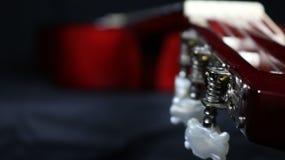 Vue classique de guitare des tuners au corps, avec la profondeur du champ forte photos libres de droits