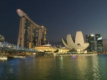 Vue classique de nuit de gratte-ciel de Singapour Photographie stock libre de droits