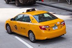 Vue classique de rue des cabines jaunes à New York City Photos libres de droits