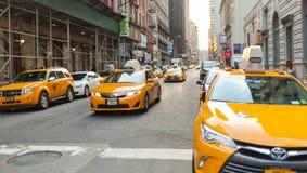 Vue classique de rue des cabines jaunes à New York City Photo stock