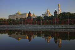Vue classique vers Moscou Kremlin à travers la rivière Photos stock