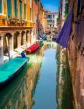 Vue colorée d'un canal scénique, Venise Photos libres de droits