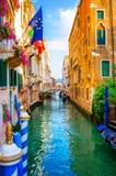Vue colorée d'un canal scénique, Venise Image stock