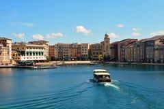 Vue colorée de Lakeside de l'hôtel de baie de Portofino d'Italien Transport d'invité de bateau arrivant dedans photo libre de droits