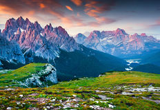 Vue colorée de matin de la gamme de montagne de Cadini di Misurina Photographie stock