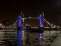 Vue colorée de nuit du pont de tour à Londres Images stock