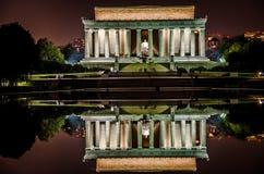 Vue commémorative de nuit de Lincoln avec le regroupement se reflétant Photographie stock libre de droits