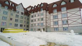 Vue complexe de jour d'hôtel de tourisme de ski banque de vidéos