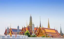 Vue complexe de Wat Phra Kaew du dessus de toit et du mur complexe du ` s Photographie stock libre de droits
