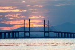 Vue concrète de pont de Penang pendant le lever de soleil comme fond Images stock