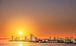 Vue courbe au-dessus de la ville de Pattaya dans le coucher du soleil, point de repère dans la ville est de la Thaïlande Photographie stock libre de droits