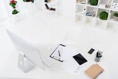 vue courbe d'écran d'ordinateur, de dispositifs numériques, de contrat et de carnets sur la table photographie stock
