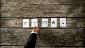 Vue courbe d'homme d'affaires présentant les cartes blanches avec le commu Image stock