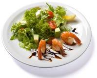 Salade avec la crevette servie du plat blanc Photo libre de droits