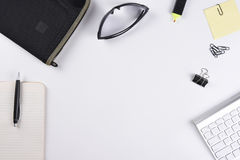 Vue courbe d'un bureau blanc d'affaires avec la protection, le stylo, le clavier et d'autres accessoires Photos stock
