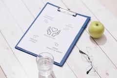 Vue courbe d'un concept de plan de repas sur le bureau en bois photos libres de droits