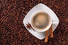 Vue courbe d'une cuvette de café avec de la cannelle Images libres de droits
